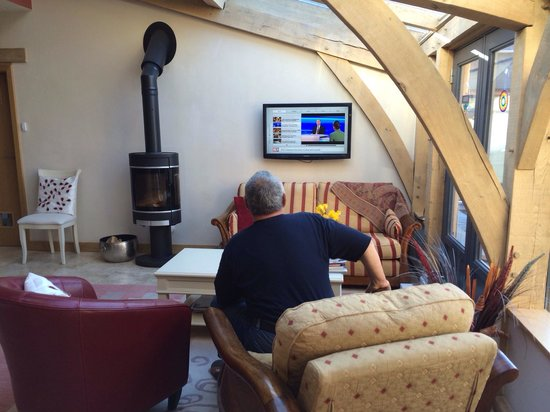 Docharn Lodge Guest House : Opa watching the German news :)