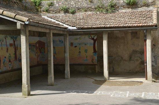 School Museum: Entrada y patio
