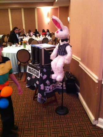 Sheraton Mahwah Hotel: Entertainment for kids Tom the Magician  very good Easter Buffet