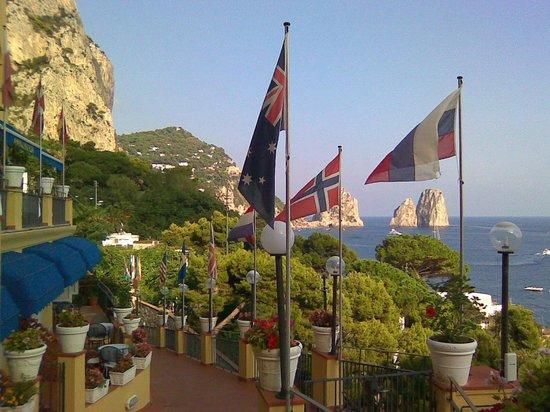 Hotel Weber Ambassador Capri : вид от центрального входа в отель