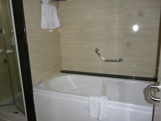 Botel Alcudiamar Hotel: Badewann mit Sprudelfunktion (extra Dusche vorhanden)