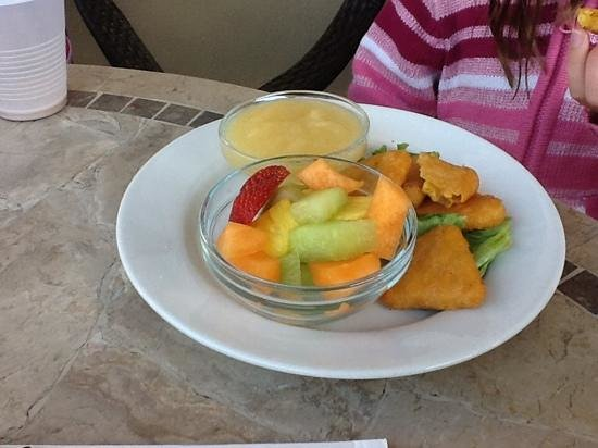 Chestnut Grill & Sidewalk Cafe: Macaroni cheese with apple sauce and fruit (kids meal)