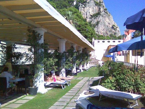 Hotel Weber Ambassador Capri : территоррия у бассейна с джакузи