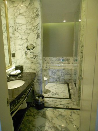 The Bund Riverside Hotel: Huge marble bath with heated toilet