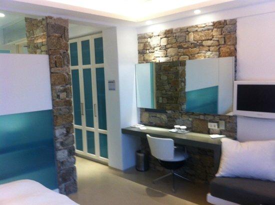 Semeli Hotel : Design della camera con mattoni a vista