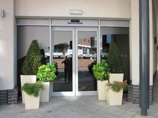 Holiday Inn Express Portsmouth - Gunwharf Quays: Hotel entrance 2