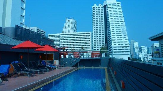 Hotel Solo Sukhumvit 2 : Pool and City Views