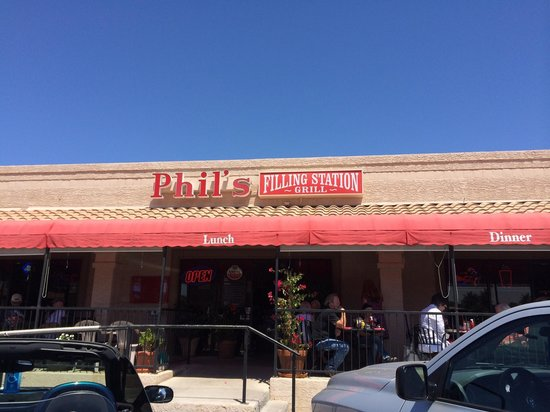 Phil's Filling Station Grill: Phil's front door & patio
