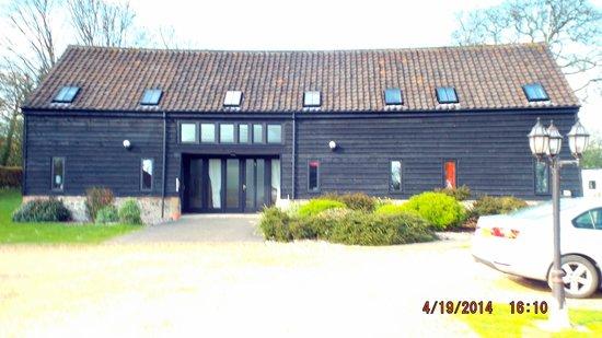 The Swan at Hilborough: Barn accomodation at back of the pub