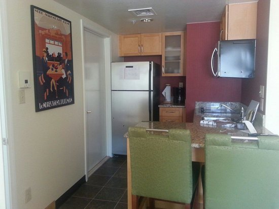 Residence Inn San Diego Rancho Bernardo / Carmel Mountain Ranch : full kitchen. very lovely!!