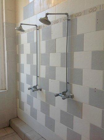 The Londonears Hostel : very dirty bathroom. broken window.