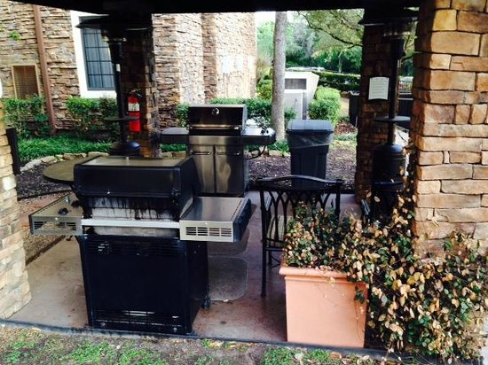 Staybridge Suites Austin Arboretum: Very nice outdoor grill area