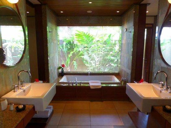 Constance Ephelia : Master bathroom