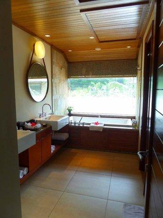 Constance Ephelia : Shared bathroom on first floor of family villa