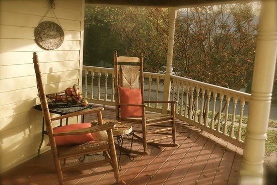 McKinney Bed and Breakfast: Peaceful wraparound porch for quiet mornings.