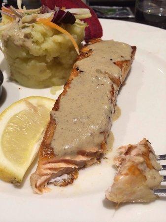 Les Tamaris : Pavé de saumon et purée maison!