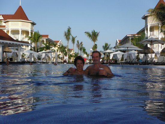 Luxury Bahia Principe Bouganville: Atardecer dentro del agua