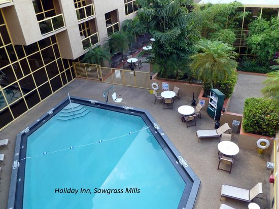 Sawgrass Grand Hotel: View of pool from balcony room