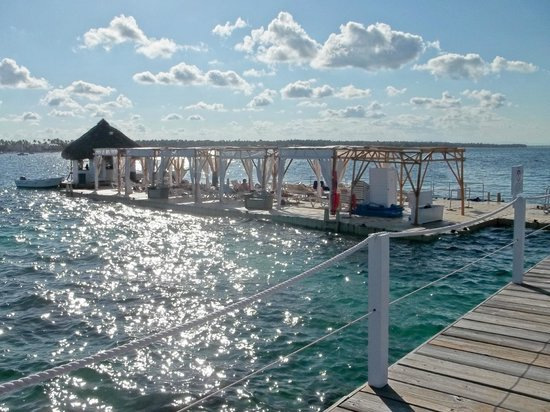 Marinarium Excursions - Reef Explorer : view of the side we enter on with lots of chairs to lounge on