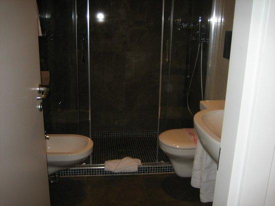 Floris Hotel: bathroom