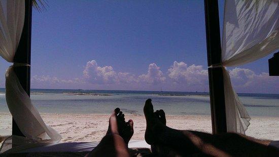 El Dorado Maroma, a Beachfront Resort, by Karisma: Relajación en la cama de playa...