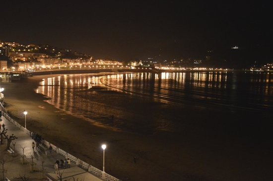 Hotel de Londres y de Inglaterra: De noche con luna llena,  el agua llega a la orilla del paseo.