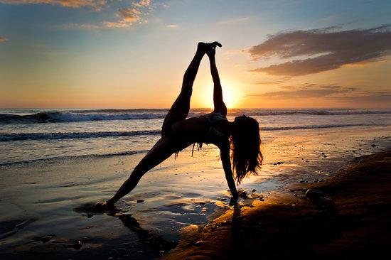 Danyasa Eco-Retreat - Bamboo Yoga Play Studio : sunset yoga