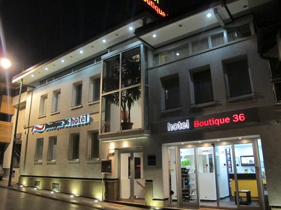 Hotel Boutique 36: Outside of the hotel in the night