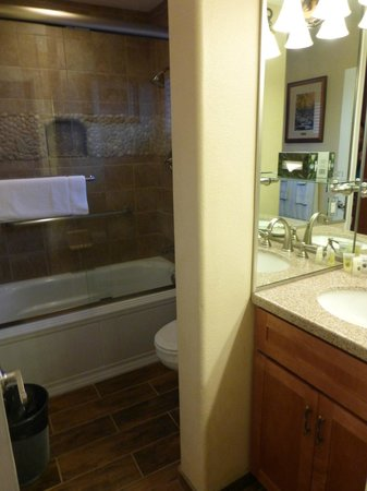 Americana Village: Bathroom with jetted tub