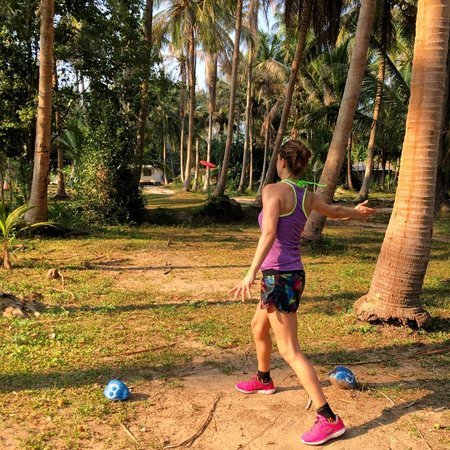 Samui Frisbee Golf: A drive between the trees