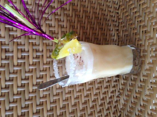 Zoy Bar Cafe : Piña colada préparé par le barman un vrai délice