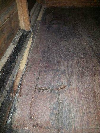 Huda Inn: الخشب له صوت عند المشي عليه The wood has a voice when you walk it