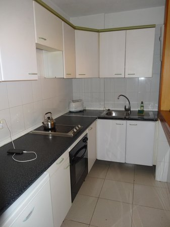 Aparthotel Parque de la Paz: kitchen...ours had 2 kettles, one electric and one on hob