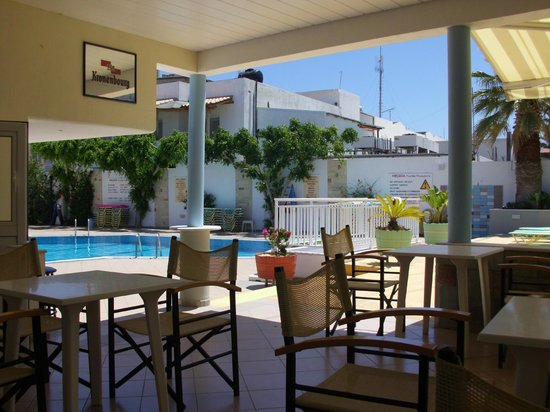 Melissa Apartments: Bar and Pool area