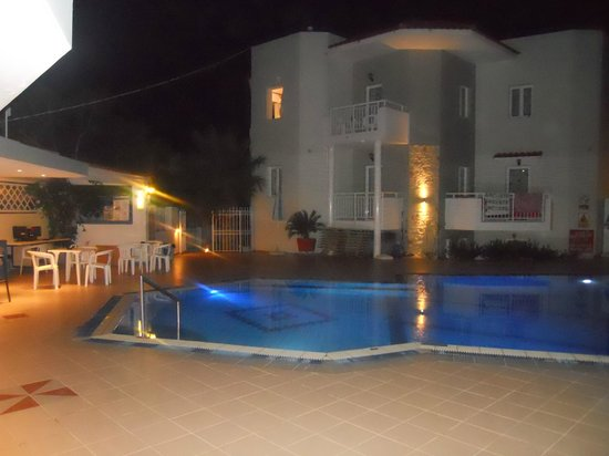Melissa Apartments: Pool and Bar