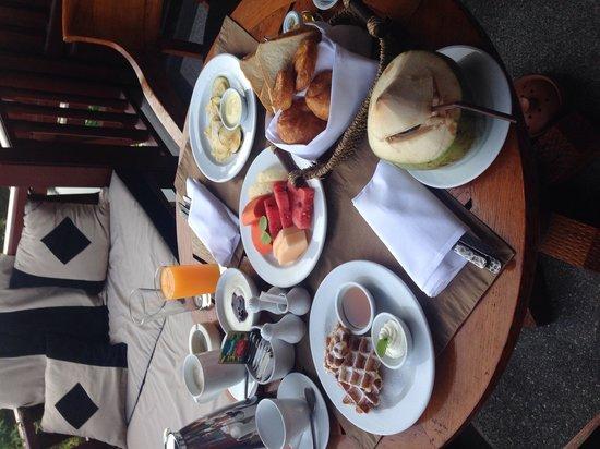 Anantara Hua Hin Resort : Amazing breakfast on our balcony over looking the lagoon