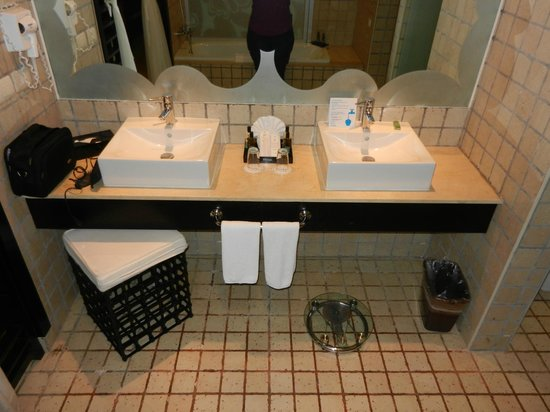 Ocean Coral & Turquesa: Main bathroom area; sinks/soaker tub, WC, and shower.