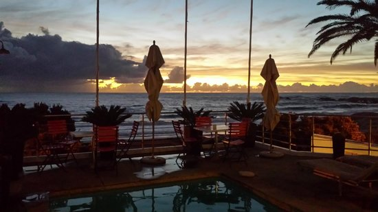 Primi Seacastle Guest House: Amazing sunset from the pool