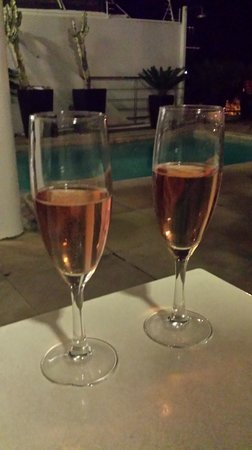 Primi Seacastle Guest House: Champagne at the pool