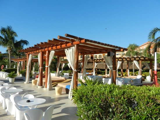 Ocean Coral & Turquesa: Main pool area - big bar, bigger pool, lots of people during the day.