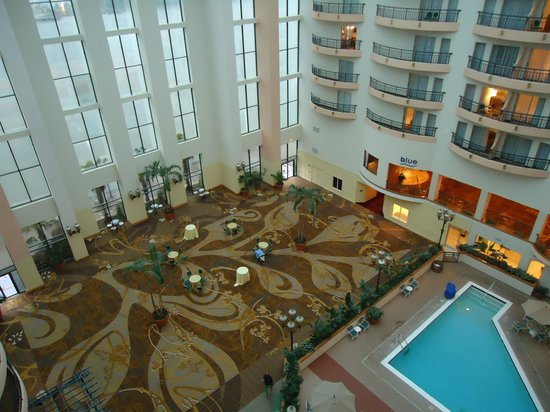 Savannah Marriott Riverfront: Lobby from the top floor balcony