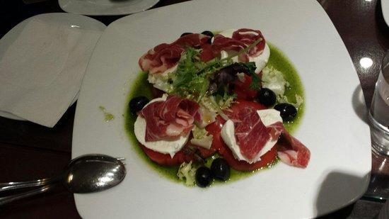 La Cruz Blanca: Ensalada qeso mozarela tomate y pesto con jamon