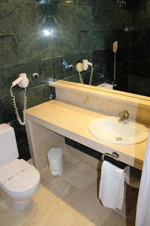 Hotel Catalonia Brussels : Baño con secador de pelo
