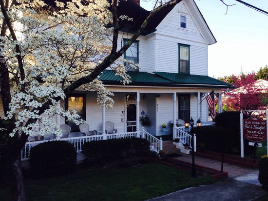 Blue Ridge Inn Bed & Breakfast: Lovely spring morning at the wonderful Blue Ridge Inn!
