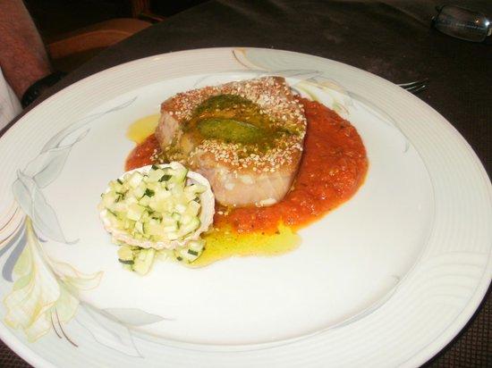Restaurant des rochers : Longe de thon au sésame, tartare de courgette, acidulé de mangue