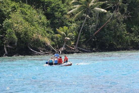 Tahiti Sailing Charter - Day Tours : Claude ferrying the snorkelers
