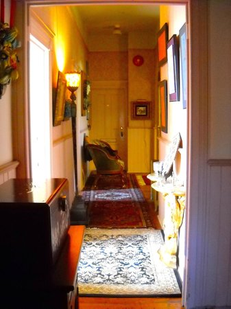 Albion Manor Bed and Breakfast: hallway