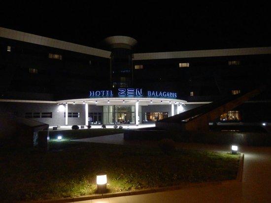 Hotel Zen Balagares: la entrada de noche