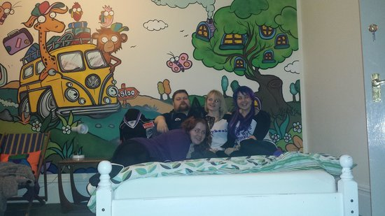 Igloo Backpackers Hostel : sorry the only photo I have of the room has us posing infront of it lol. but CHECK THOSE PAINING