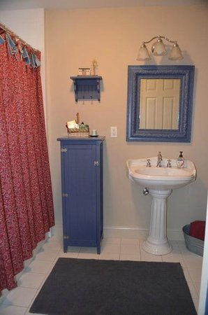 Blue Iris Bed and Breakfast: Bathroom